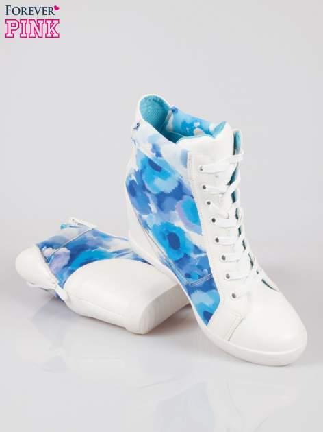 Biało-niebieskie sneakersy damskie z motywem floral                                  zdj.                                  4