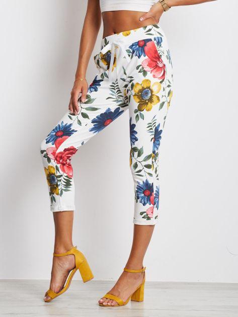 Biało-niebieskie spodnie Roses                              zdj.                              3
