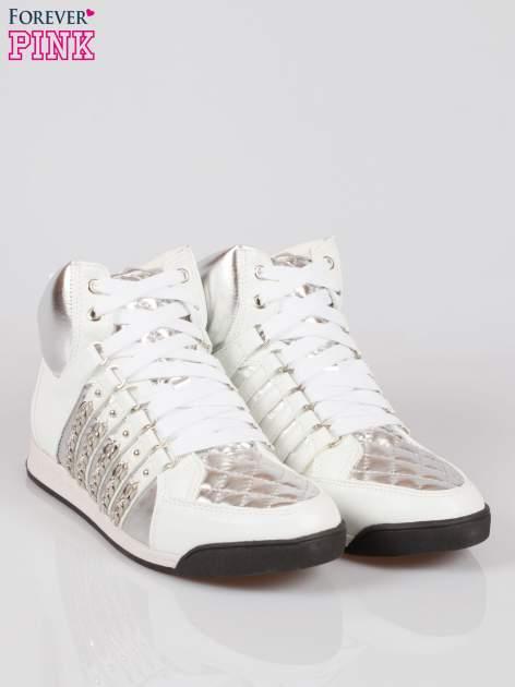 Biało-srebrne sneakersy z łańcuszkami                                  zdj.                                  2