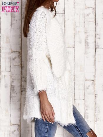 Biały asymetryczny sweter z szerokim kołnierzem                                  zdj.                                  3
