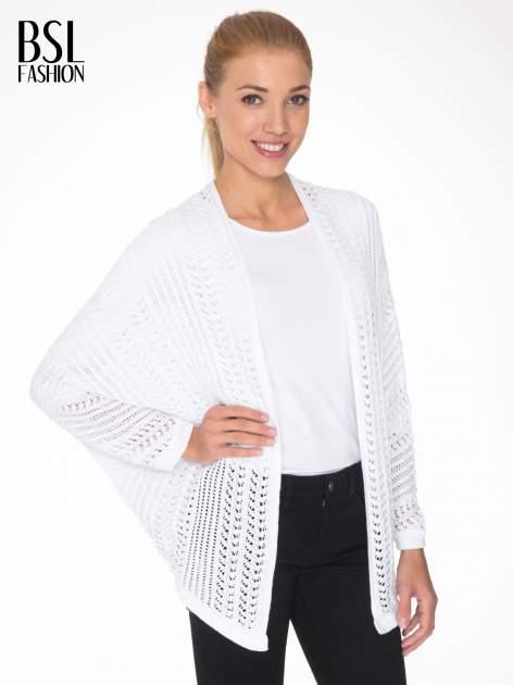 Biały ażurowy sweter typu narzutka poncho                                  zdj.                                  1