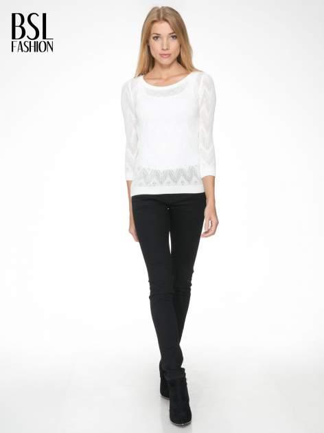 Biały ażurowy sweterek z rękawem 3/4                                  zdj.                                  2