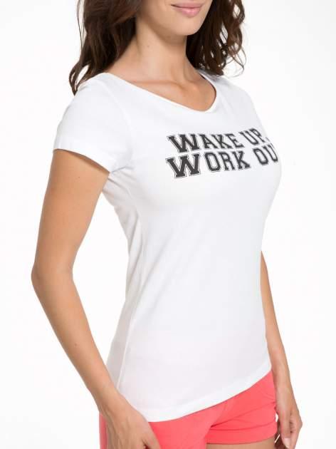 Biały bawełniany t-shirt z nadrukiem tekstowym WAKE UP WORK OUT                                  zdj.                                  7