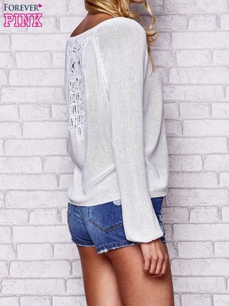 Biały błyszczący sweter z haftem sowy z tyłu                                  zdj.                                  4