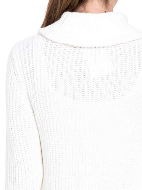 Biały ciepły sweter z golfowym kołnierzem                                  zdj.                                  7