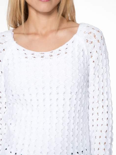 Biały dziergany sweter z ozdobnymi oczkami                                  zdj.                                  7