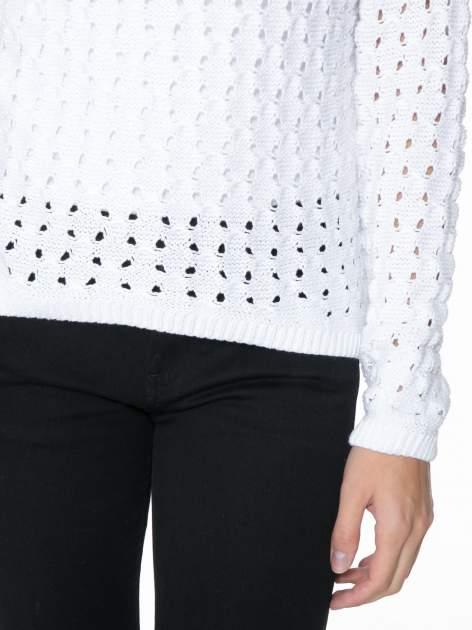 Biały dziergany sweter z ozdobnymi oczkami                                  zdj.                                  8
