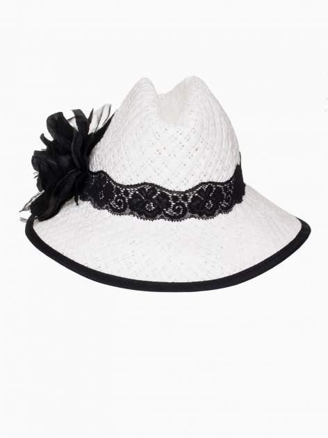 Biały kapelusz słomiany z dużym rondem i dużym kwiatem                                  zdj.                                  6