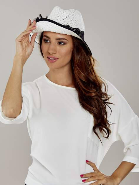 Biały kapelusz słomiany z dużym rondem i dużym kwiatem                                  zdj.                                  1