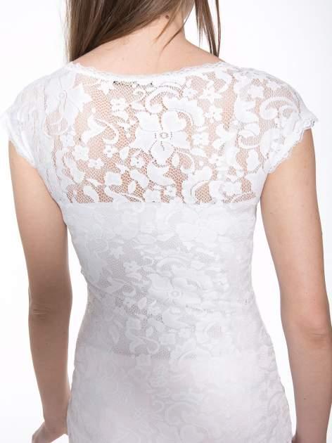 Biały koronkowy t-shirt z głębokim dekoltem                                  zdj.                                  6