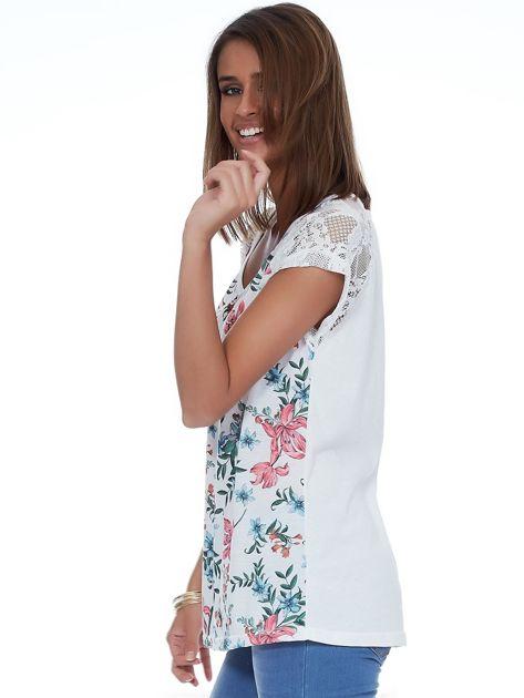 Biały kwiatowy t-shirt z koronkowymi rękawami                              zdj.                              3