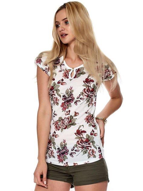 Biały kwiatowy t-shirt z wycięciem przy dekolcie                              zdj.                              3