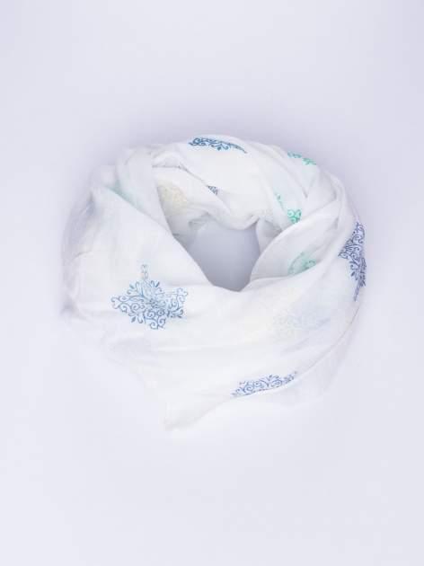 Biały lekki szal z delikatnym haftem                                  zdj.                                  1