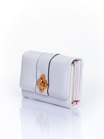 Biały portfel z ozdobnym zapięciem                                  zdj.                                  3