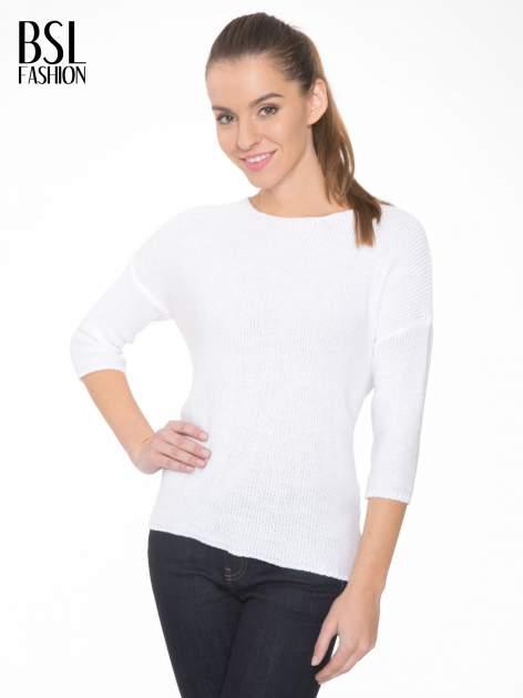 Biały sweter z dłuższym tyłem i rozporkami po bokach                                  zdj.                                  1