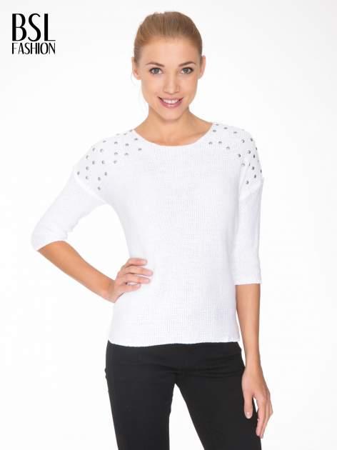 Biały sweter z dżetami przy ramionach