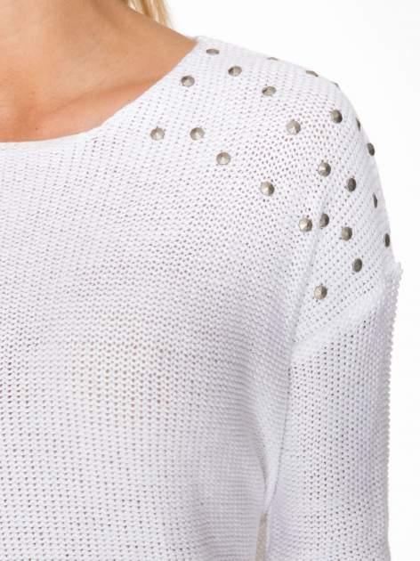 Biały sweter z dżetami przy ramionach                                  zdj.                                  5