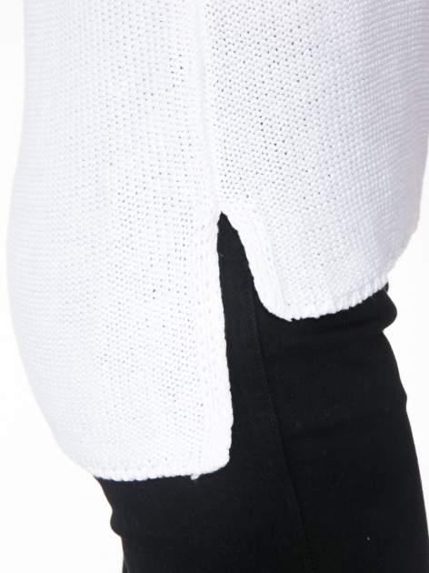 Biały sweter z dżetami przy ramionach                                  zdj.                                  7
