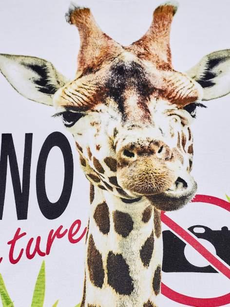 Biały t-shirt chłopięcy z żyrafą i napisem NO PICTURE                                  zdj.                                  4