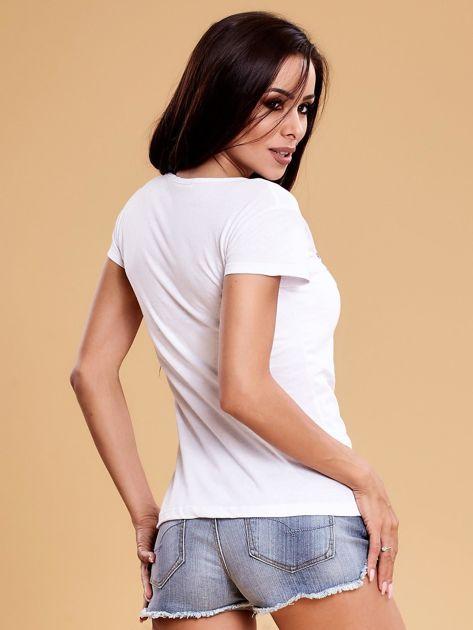Biały t-shirt damski w kwiaty                              zdj.                              2