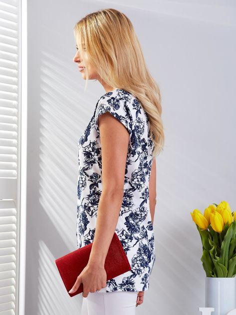 Biały t-shirt damski z kwiatowym motywem                              zdj.                              5