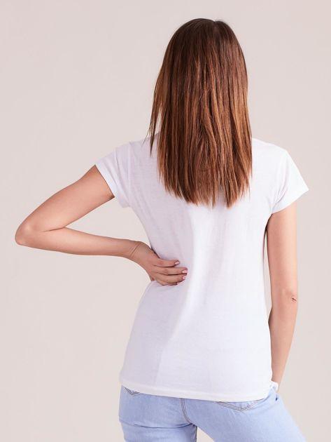 Biały t-shirt damski z nadrukiem                              zdj.                              2