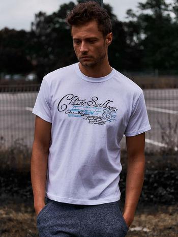 Biały t-shirt męski z napisami i liczbą 83                                  zdj.                                  1
