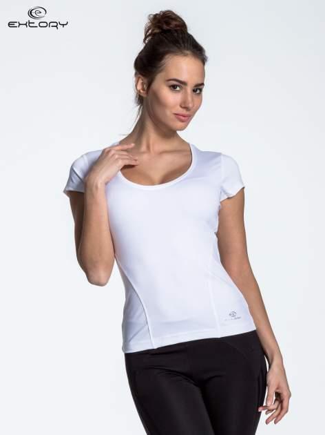Biały t-shirt sportowy basic z dekoltem U                                  zdj.                                  4