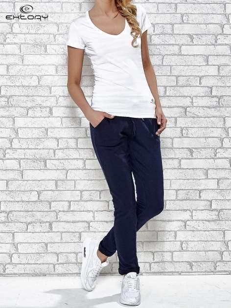 Biały t-shirt sportowy w paseczki                                  zdj.                                  2