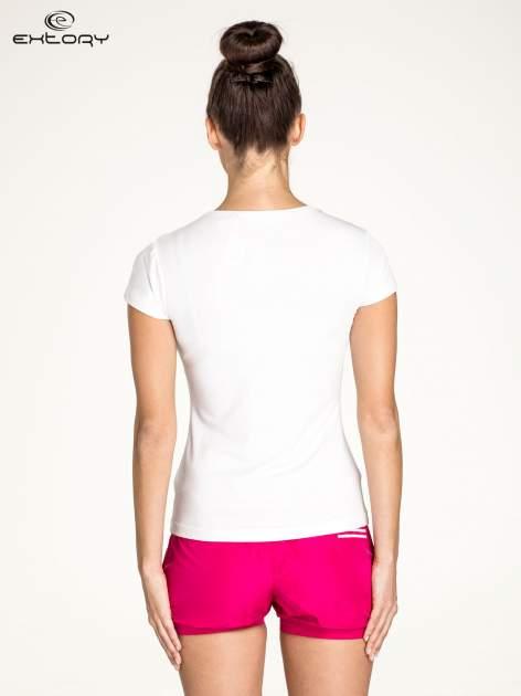 Biały t-shirt sportowy z dekoltem U                                  zdj.                                  4
