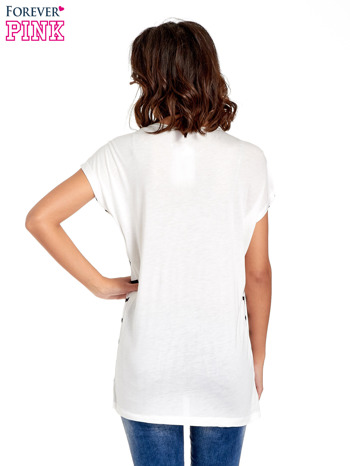 Biały t-shirt w granatowe paski                                  zdj.                                  4