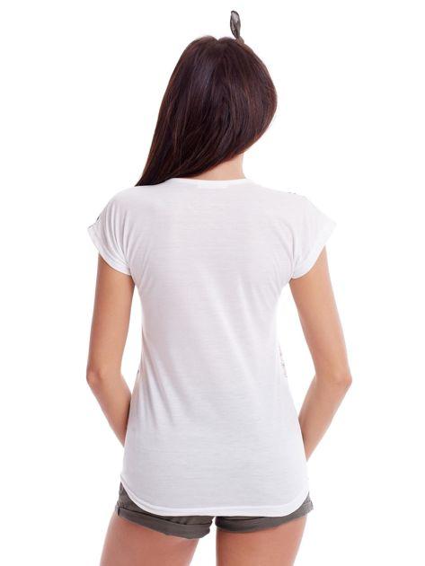 Biały t-shirt w malarskie kwiatowe desenie                              zdj.                              2