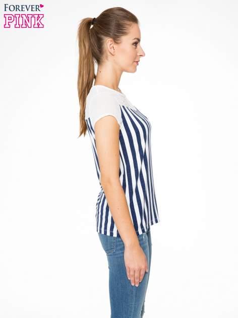 Biały t-shirt w paski z ażurowym karczkiem                                  zdj.                                  3