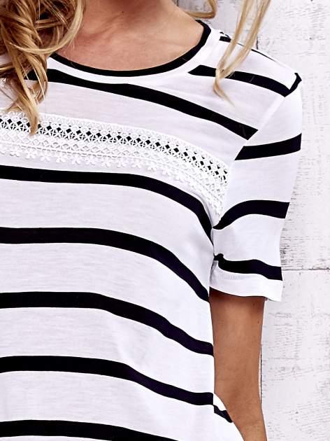 Biały t-shirt w paski z koronkową wstawką                                  zdj.                                  6