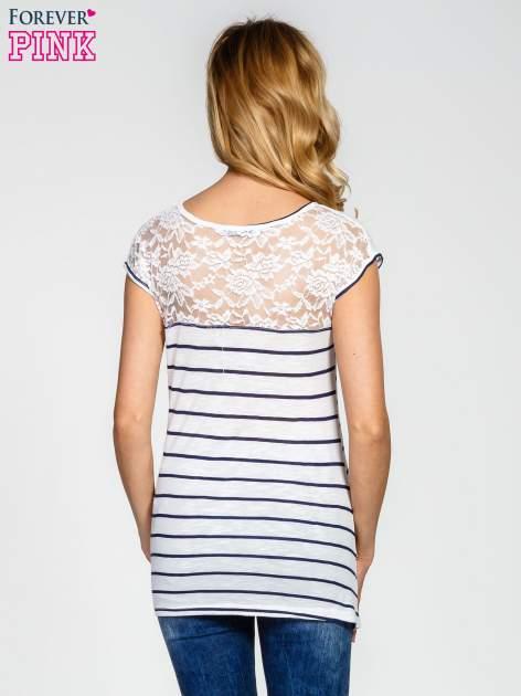 Biały t-shirt w paski z koronkowym wykończeniem                                  zdj.                                  4