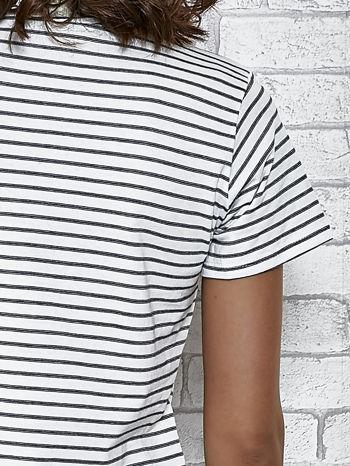 Biały t-shirt w paski z naszywkami                                  zdj.                                  6