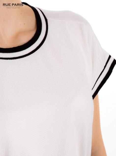 Biały t-shirt w stylu tenis chic                                  zdj.                                  5