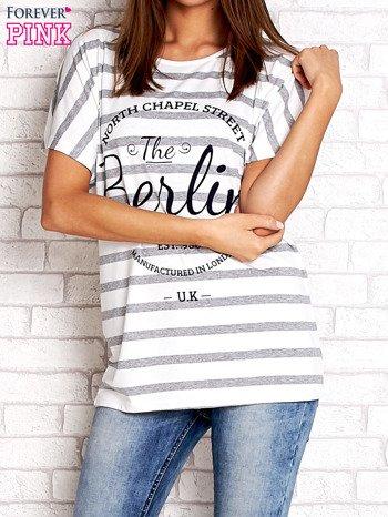Biały t-shirt w szare paski z napisem NORTH CHAPEL STREET                                  zdj.                                  1