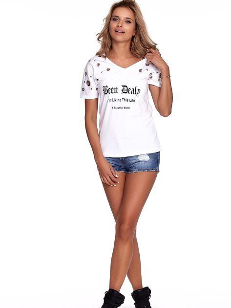 Biały t-shirt z ażurowymi kółeczkami i napisem                              zdj.                              6