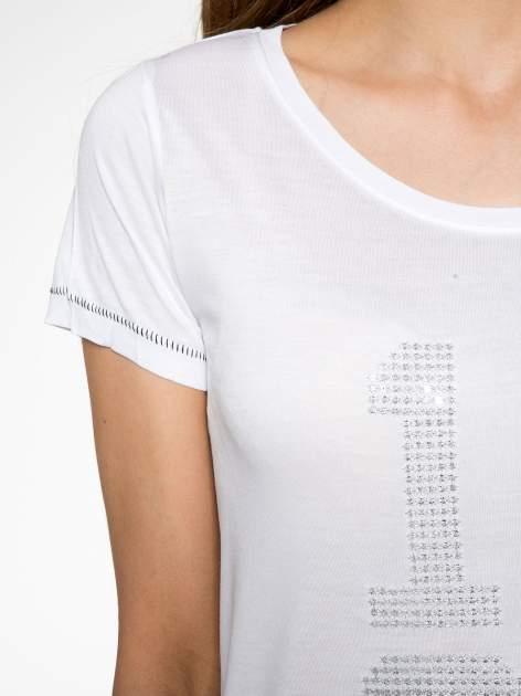 Biały t-shirt z błyszczącym numerem 1983                                  zdj.                                  5