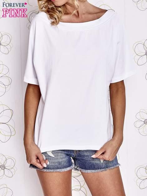 Biały t-shirt z dekoltem w łódkę