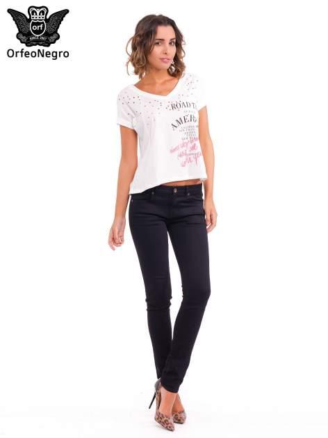Biały t-shirt z dziurkowanym dekoltem i nadrukiem                                  zdj.                                  2