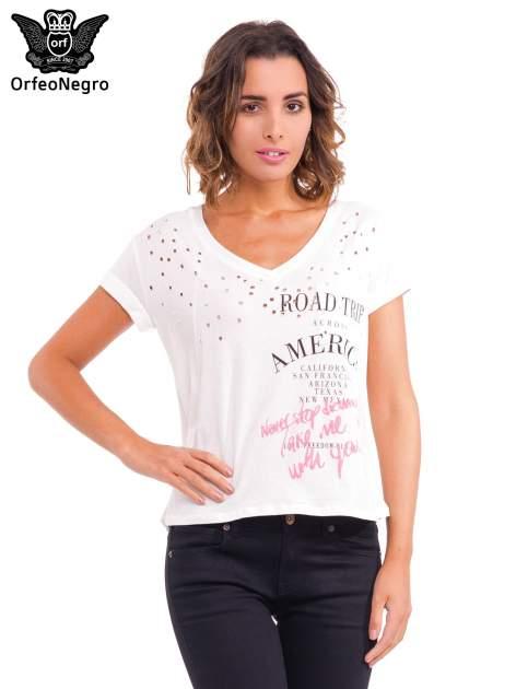 Biały t-shirt z dziurkowanym dekoltem i nadrukiem                                  zdj.                                  1