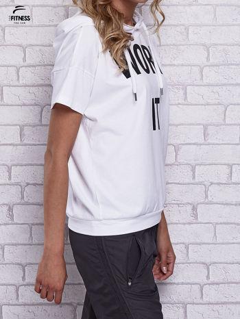 Biały t-shirt z kapturem i napisem WORK IT                                  zdj.                                  3