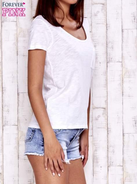 Biały t-shirt z kieszonką                                  zdj.                                  3