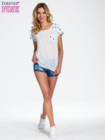 Biały t-shirt z kieszonką w groszki                                  zdj.                                  2