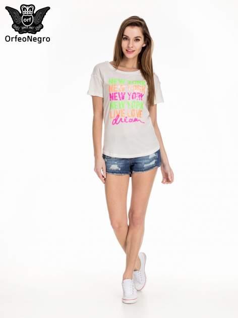 Biały t-shirt z kolorową aplikacją NEW YORK z cekinów                                  zdj.                                  2