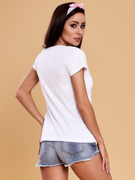 Biały t-shirt z kolorowym kwiatowym nadrukiem                              zdj.                              2