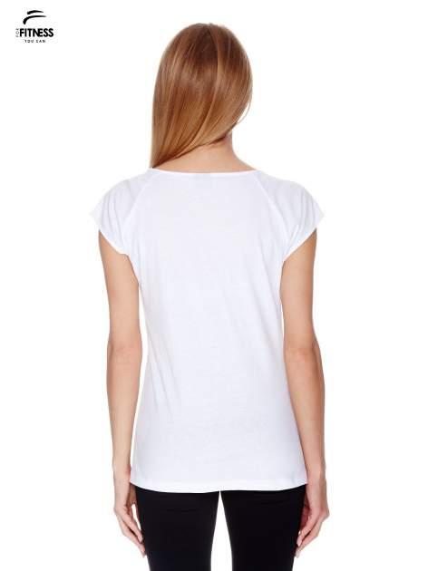 Biały t-shirt z kontrastowym przeszyciem przy rękawach                                  zdj.                                  4