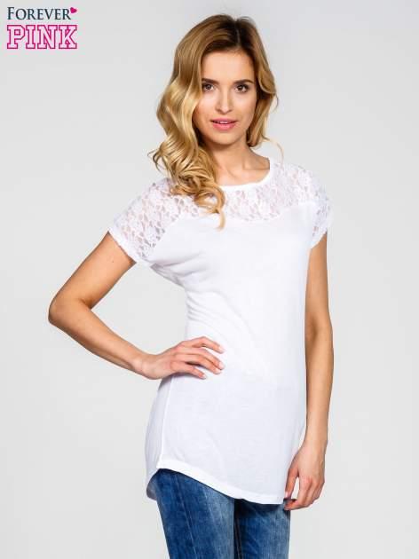 Biały t-shirt z koronkowym dekoltem
